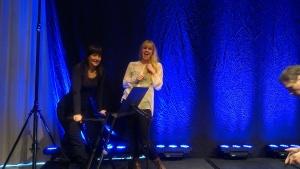 Helena och Pernilla poserar på scen inför giget på Billinghus!