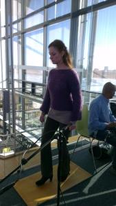 Eva förbereder sig för sin flamenco dans på Hasses bordskiva :)