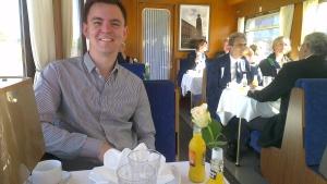 Viktor i restaurang-vagnen på Blå Tåget, där vi sjöng på ett 60-års kalas innan vi skulle på ångbåten Bohuslän.