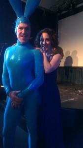 Kvällens konferencier, den största blåa kanin jag sett i alla fall...